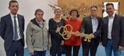 Bei der symbolischen Schlüsselübergabe (von links): Beat Jörg, Andi Schumann, Doris Rosenkranz, Trudy Kunkel, Michael Thalmann und Simon Arnold. (Bild: Georg Epp (Flüelen, 18. November 2017))