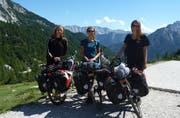 Lou Rosset, Carina Odermatt und Fabienne Niederberger (von links) haben per Velo den Balkan erkundet. Hier stehen sie auf dem 1600 Meter hohen Vrsic-Pass in Slowenien, nach der wohl anstrengendsten Etappe ihrer Reise. (Bilder: Carina Odermatt)