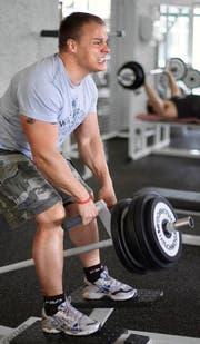 Gewichte heben: Immer mehr Jugendliche tun dies für den vermeintlich idealen Körper. (Bild: Keystone)