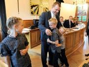 Die drei älteren der vier Kinder von Christian Arnold zählten gestern zu den ersten Gratulanten. (Bild Urs Hanhart)