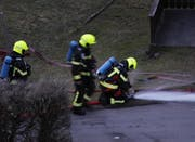 Die Feuerwehr verlegt Schläuche für einen allfälligen Löscheinsatz. (Bild: Geri Holdener, Bote der Urschweiz)
