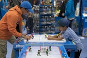 Zwei Kinder spielen Hockey mit Playmobils. (Bild: Lukas Lehmann / Keystone (Bern, 12. Oktober 2017))