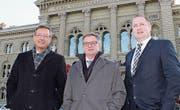 Das Urner Trio vor dem Bundeshaus (von links): Josef Dittli, Isidor Baumann und Beat Arnold. (Bild: Elias Bricker (Bern, 30. Dezember 2015))