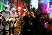 Fans warten ausserhalb eines Kinos auf den neuen Star Wars-Film. (Bild: AP Photo/Chiang Ying-ying)