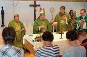 Bischof Vitus Huonder (Mitte) zelebriert die Messe zusammen mit weiteren Priestern. Links Winfried Abel neben der eingeweihten Bruder-Klausen-Statue. (Bild: Richard Greuter (Oberwilen, 16. Juli 2017))
