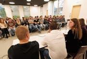 Als Abschluss der Polittour hörten die Schüler des BWZ gespannt einer Podiumsdiskussion zu. (Bild: Florian Arnold (Altdorf, 8. November 2017))