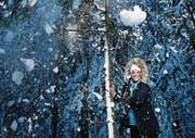 Fabienne In-Albon geniesst die Winterlandschaft auf dem Raten, an ihrem Kraftort. (Bild: Stefan Kaiser (17. November 2017))