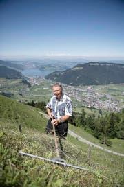 Sepp Odermatt beim Heuen auf der Chalcherli-Alp.seiner Alp am Stanserhorn. (Bild: Corinne Glanzmann / Neue NZ)