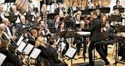 Der junge Dirigent Sandro Blank leitet die Feldmusik temperamentvoll. (Bild: Romano Cuonz (Sarnen, 20. Januar 2018))