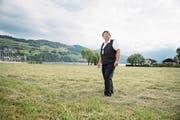 Albert Frank auf der Fläche im Seefeld, die auch künftig unberührt bleiben soll. (Bild: Corinne Glanzmann (Buochs, 24. Mai 2017))