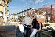 Urs Gut und seine Frau Petra studieren die Baupläne. Gegenwärtig wird der 1. Stock des neuen Hauses betoniert. (Bild Corinne Glanzmann)