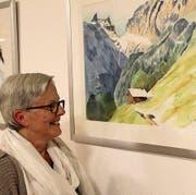 Vreny Epp betrachtet ihr Bild im «Spannort» Erstfeld, welches den gleichnamigen Berg zeigt. (Bild: Paul Gwerder (Erstfeld, 24. März 2017))