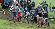 Das Spitzentrio Francis Mourey, Marco Aurelio Fontana und Lukas Flückiger (von links) im Aufstieg zum Chrüzberg im Jahr 2012. Fontana und Flückiger stehen auch am Dientag an der Startlinie. (Bild: Kurt Grüter (26. Dezember 2012))