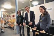 Assistiert von den Co-Leiterinnen Martina Wüthrich (links) und Carla Biasini eröffnete Regierungsrat Beat Jörg gestern mit einem symbolischen Bandschnitt die neue Selbstverbuchungsanlage in der Kantonsbibliothek Uri. (Bild: Urs Hanhart (Altdorf, 15. Februar 2018))
