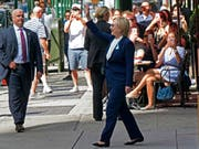 Hillary Clinton verlässt die Wohnung ihrer Tochter in New York. Zuvor hatte sie sich unwohl gefühlt und die 9/11-Gedenkveranstaltung verlassen. (Bild: KEYSTONE/FR61802 AP/CRAIG RUTTLE)