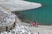Der Seeboden des abgelassenen Lungerersees wird auch gerne zum Motocross-Fahren genutzt. (Bild Christoph Riebli)