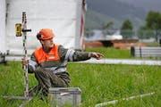Ein Vertreter vom Zivilschutz baut die Infrastruktur auf. (Bild: Stefan Kaiser / Neue ZZ)