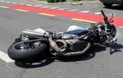 Das Motorrad liegt auf der Schlagstrasse. (Bild: Geri Holdener)