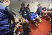 Verletzte werden in der mobilen Sanitätshilfsstelle betreut. Bild: Edi Ettlin (Oberdorf, 25. Oktober 2016)