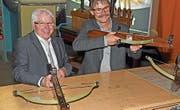 Für einmal Armbrust statt Kochlöffel: der neue Präsident von Gastro Obwalden, Hansruedi Odermatt (rechts), mit seinem Vorgänger Walter Küchler. (Bild: Robert Hess (Lungern, 24. April 2017))