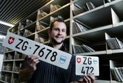 Michael Heimgartner zeigt die Nummern, die bald versteigert werden. (Bild: Werner Schelbert/Neue ZZ)