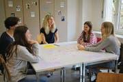 Oberstufenschüler lernen bei Lehrerin Cornelia Epp Italienisch. Neben dem Internetunterricht treffen sich die Schüler einmal im Monat zum «Live-Unterricht». (Bild: Salome Infanger (Altdorf, 4. April 2017))