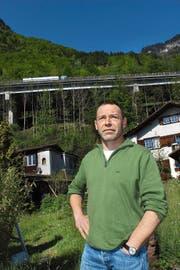 Nick Anklin vor dem Autobahnviadukt im Wiler Bolzbach bei Seedorf. (Bild Elias Bricker)