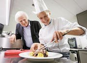 Starkoch Stefan Meier schaut, wie Katharina Keiser den Teller für einen Privatpatienten anrichtet. (Bild Stefan Kaiser)