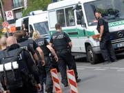 Aufgebot von Polizeikräften nach den Schüssen im Benjamin-Franklin-Spital in Berlin-Steglitz. (Bild: Keystone/EPA DPA/PAUL ZINKEN)