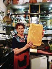 Dinka Popovic mit selbst gebackenem Brot. (Bild: Geraldine Friedrich)