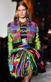 Farbe ist das neue Cool, und zwar in allen erdenklichen Tönen und Intensitäten. Hier ein Look von Versace an der Fashion Week in Milano letzte Woche. (Bild: DANIEL DAL ZENNARO (EPA ANSA))
