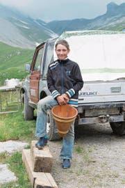 Marco Arnold (damals 12-jährig) ist mit Begeisterung auf der Alp tätig. (Bild: Christof Hirtler (Alplen, Sommer 2014))