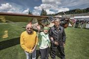 Mit einer solchen Maschine (oben links) landete Pilot Fridli vor 70 Jahren in Beromünster. Bild rechts: Hans-Martin Fridli, der Neffe des Piloten, neben Zeitzeugin Trudi Messmer-Erni und Hans-Rudolf Müller, Präsident der Flubag. Die «Flüügerchilbi» lockte auch dieses Jahr Tausende Zuschauer an. Besonderes Highlight war die Landung einer Antonov An-2 (Bild links unten). (Bild: Pius Amrein (Beromünster, 1. Juli 2017))