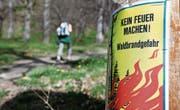 Ein Plakat warnt vor grosser Waldbrandgefahr. (Bild: Arno Balzarini/Keystone (10. April 2011))
