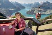 Schriftstellerin Blanca Imboden geniesst die Aussicht auf der Terrasse des Bergrestaurants Timpelweid auf dem Urmiberg. (Bild Nadia Schärli)