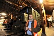 Carl Waldis im Bahndepot Erstfeld, wo verschiedene historische Bahnwagen eingestellt sind. (Bild Urs Hanhart)