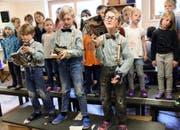 Die Kinder der Grundacher-Schule singen und spielen zu ihrer CD.Bilder: Romano Cuonz (Sarnen, 27. September 2016)