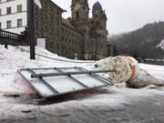 Vor dem Kloster Einsiedeln liegt eine Verkehrstafel am Boden. (Bild: Benno Kälin, TeleZüri)