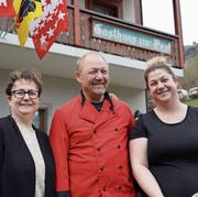 Die Wirtefamilie Odermatt führt die «Alte Post» seit Anfang März: Bea (links), Dölf und Ramona. (Bild: Franz Imholz (Spiringen, 24. März 2018))