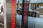 Die Raiffeisen-Bank macht derzeit ungewollt Schlagzeilen. (Bild: GAETAN BALLY (KEYSTONE))