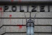 Farbschmierereien am Polizeigebäude nach dem traditionellen 1. Mai-Umzug in Zürich. (Bild: KEYSTONE/Ennio Leanza)