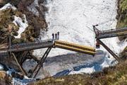 er Mittelteil der Steffenbachbrücke, kurz bevor er komplett nach oben aufgezogen ist. (Bild: Roger Grütter (Realp, 16. Mai 2017))