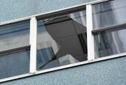 Ein zerbrochenes Fenster (Symbolbild). (Bild: EPA/ROSS SETFORD NEW ZEALAND OUT)