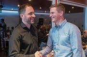 Der zurückgetretene Präsident Sandro Blättler (links) gratuliert seinem Nachfolger Tobias Birrer. (Bild: PD)