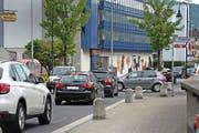 Haarscharf: Die Rechtsvortrittsregelung in der Tempo-30-Zone, wie hier an der Kreuzung der Dorfstrasse mit der Altgasse, führt zu gefährlichen Situationen. (Bild Maria Schmid)