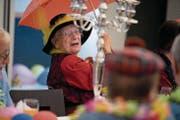 Die 93-jährige Maria Flühler-Felder (Bild oben) geniesst die Stimmung an der Stanser Seniorenfasnacht. (Bild: Corinne Glanzmann (Stans, 31. Januar 2018))
