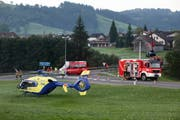 Ein Rettungs-Heli flog die Frau in eine Spezialklinik. Im Hintergrund die Autobergung. (Bild: Geri Holdener, Bote der Urschweiz)