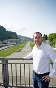 Gemeinderat René Küchler vor dem Autobahndach, dem möglichen Platz für eine Solaranlage. (Bild Corinne Glanzmann)