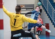 Findet der Dagmerseller Lukas Renggli die Lücke gegen den Lysser Torhüter Michael Baumgartner? (Bild: Boris Bürgisser (Dagmersellen, 24. März 2017))