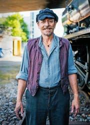 Wisu Kempf ist für seinen harten Einsatz mit der Dampflokomotive über den Gotthard bereit. (Bild SRF)